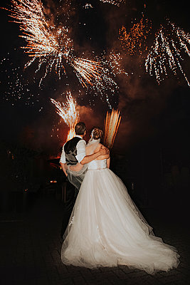 Bride and groom, Fireworks - p680m2177543 by Stella Mai