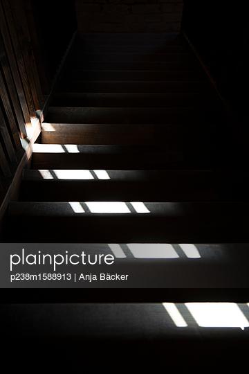 Treppe im Zwielicht - p238m1588913 von Anja Bäcker