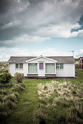 A single storey seaside holiday home - p1302m1223565 by Richard Nixon