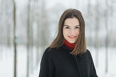 Junge Frau in Winterbekleidung - p1437m1584900 von Achim Bunz