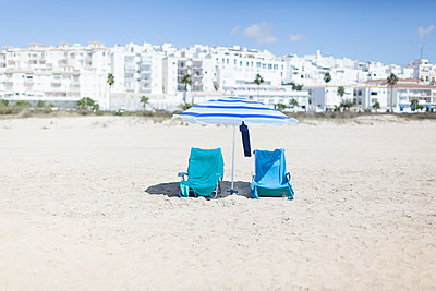 Deckchairs and parasol on the beach, Conil de la Frontera - p1598m2164120 by zweiff Florian Bier