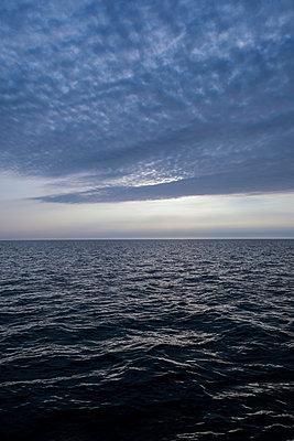 Wolkendecke über dem Meer - p1685m2272564 von Joy Kröger