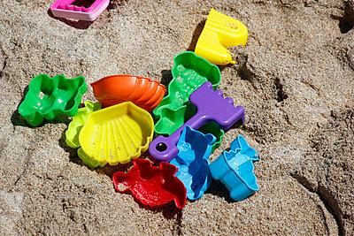 Sandspielzeug - p218m852074 von Sylvia Westermann
