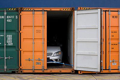 Auto in Container - p416m991085 von Dominik Reipka