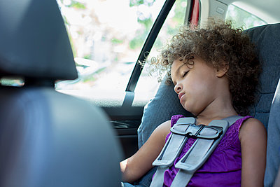 Mixed race girl sleeping in car seat - p555m1479159 by Inti St Clair photography