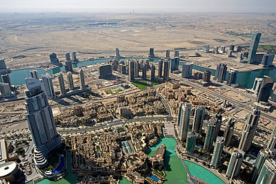 View over Dubai - p589m815066 by Thierry Beauvir