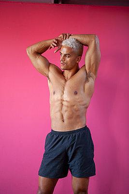 Bodybuilder posing - p817m2027577 by Daniel K Schweitzer