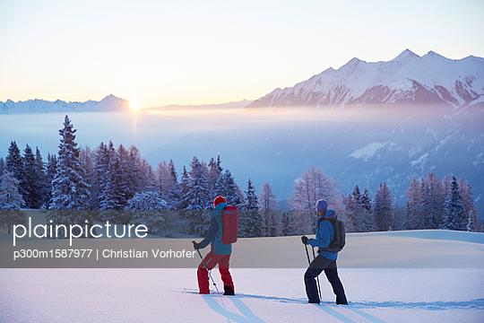 Austria, Tyrol, snowshoe hikers at sunrise - p300m1587977 von Christian Vorhofer
