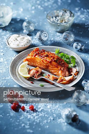Roasted salmon fillet on plate, seasonal Christmas food - p429m2068680 by Danielle Wood