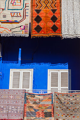 Rugs hanging from balconies in Marrakesh, Morocco - p1427m2109703 by Henryk Sadura