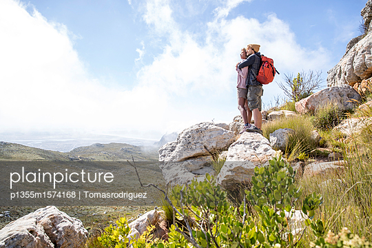 Junges Paar auf einer Wandertour - p1355m1574168 von Tomasrodriguez