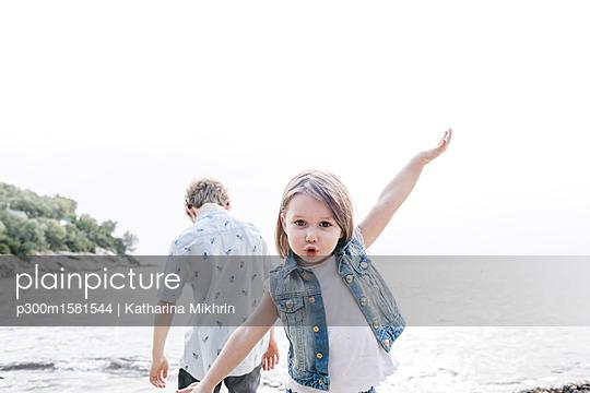 Greece, Chalkidiki, portrait of little girl playing at seaside - p300m1581544 von Katharina Mikhrin