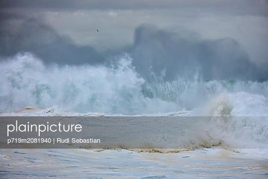 Brechende Wellen am Strand von Nazaré - p719m2081940 von Rudi Sebastian
