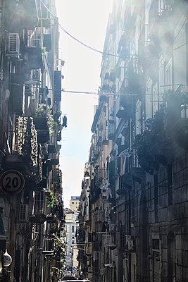 Häuserschlucht in Neapel  - p1146m1362292 von Stephanie Uhlenbrock