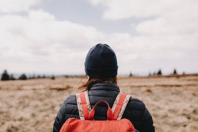 Frau wandert in schöner Landschaft - p1497m1585729 von Sascha Jacoby