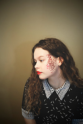 Young woman with glitter on her face - p1521m2231483 by Charlotte Zobel