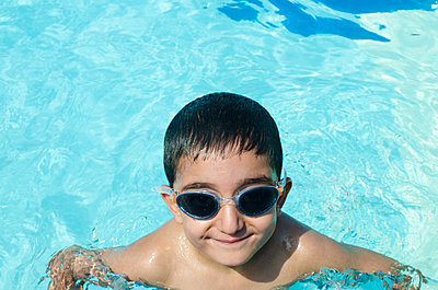 Happy boy swimming in the pool  - p794m1131583 by Mohamad Itani