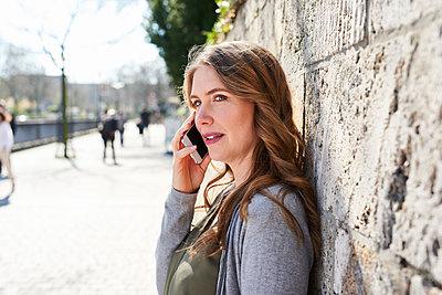 Frau telefoniert mit dem Smartphone - p890m1440007 von Mielek