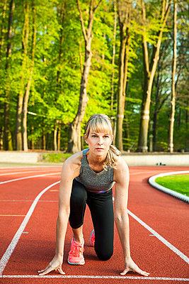 Sportliche Frau - p904m1031361 von Stefanie Päffgen