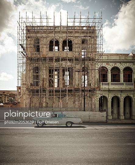 Odtimer vor historischem Gebäude - p1092m2053639 von Rolf Driesen