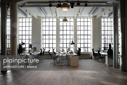 Empty desks at creative office - p426m2270389 by Maskot