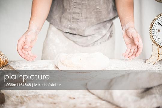 Brot backen - p936m1161848 von Mike Hofstetter