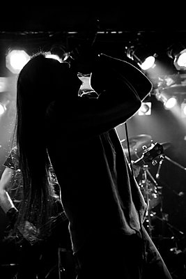Vokalist einer Metalband auf der Bühne - p1180m965878 von chillagano