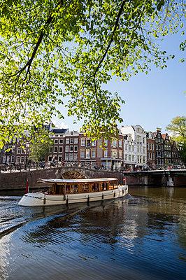 Ausflugsboot auf Gracht in Amsterdam - p177m1214599 von Kirsten Nijhof