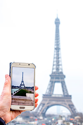 Photographing the Eiffel Tower, Paris - p813m1214747 by B.Jaubert