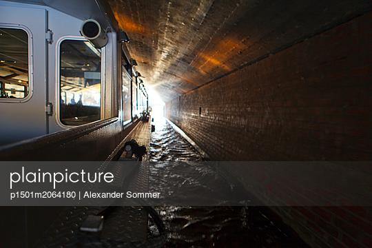 Alsterdampfer unter der Brücke in Hamburg - p1501m2064180 von Alexander Sommer