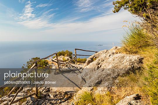 Italy, Hiking trail along the Amalfi Coast - p834m2259065 by Jakob Börner