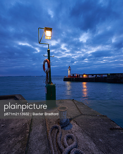 Lights at end of harbour walls in twilight, Newlyn, Cornwall, England, United Kingdom - p871m2113932 by Baxter Bradford