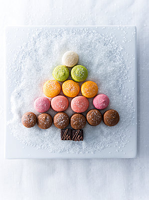 Macaroons and chocolate in shape of tree on plate with sugar - p555m1219594 by Manny Rodriguez