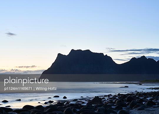 Strand auf den Lofoten bei Nacht - p1124m1165671 von Willing-Holtz