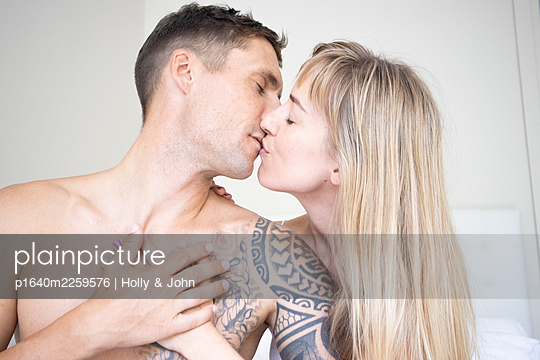 Couple in love kissing  - p1640m2259576 by Holly & John