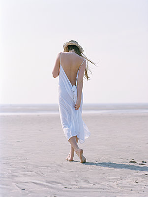 Rear view of young woman on beach - p1207m1109483 by Michael Heissner