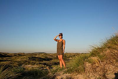 Frau in Dünen - p1212m1168607 von harry + lidy