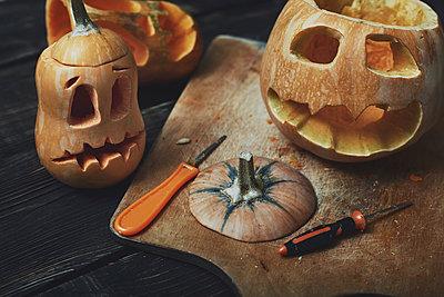 Halloween pumpkins, Jack O'Lanterns, carving knifes - p300m2024067 von Arman Zhenikeyev