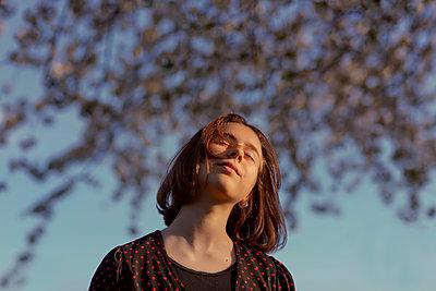 Teenage girl with eyes closed on sunny day - p300m2276082 by Oxana Guryanova
