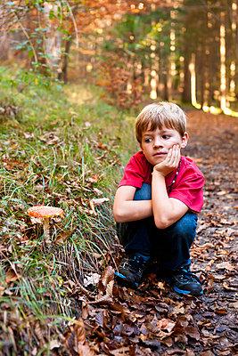 Kleiner Junge im Wald - p533m885404 von Böhm Monika