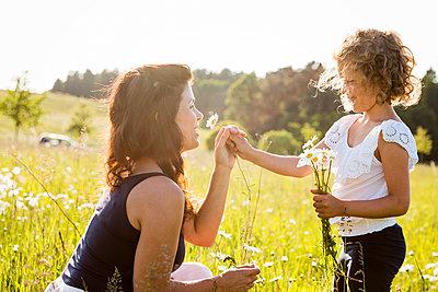 Mutter und Tochter - p796m2093139 von Andrea Gottowik
