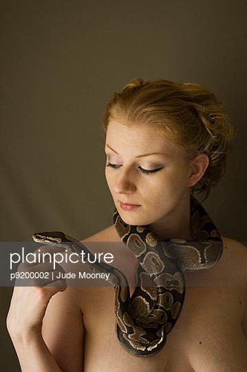 Frau spielt mit Schlange - p9200002 von Jude Mooney