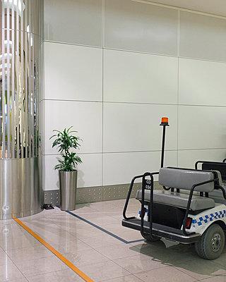 Elektroauto im Flughafen - p1085m987295 von David Carreno Hansen