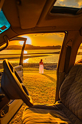 Sunset seen from the car, New Zealand - p1455m2204879 by Ingmar Wein