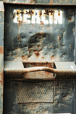 Berlin, gespruehter Berlin Schriftzug auf verrrostestem Container - p627m1035475 von Frank Blum