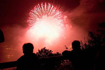 Feuerwerk in Rot - p726m1055484 von Katarzyna Zommer