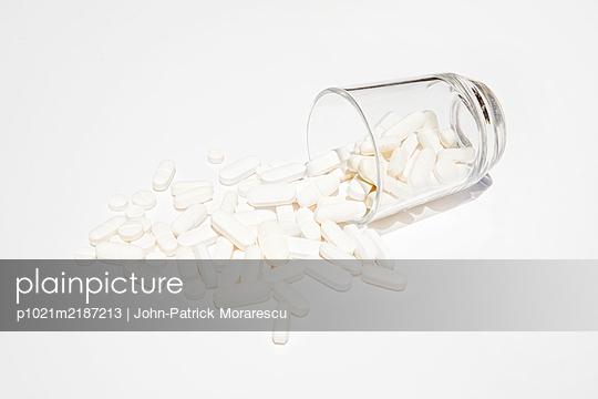 Zu viele Tabletten - p1021m2187213 von MORA