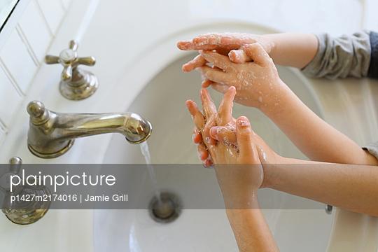 Close-up ofÊchildrenÊ(4-5, 6-7) washing hands - p1427m2174016 by Jamie Grill