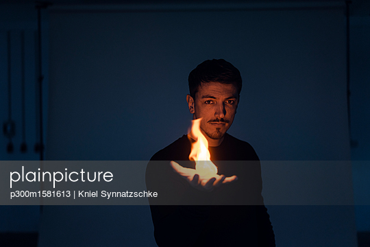 Portrait of magician with flame - p300m1581613 von Kniel Synnatzschke