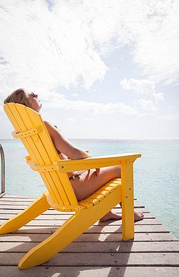 Im Stuhl sitzen mit Ausblick aufs Meer - p045m1590319 von Jasmin Sander
